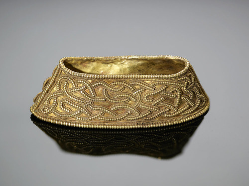 Gold filigree hilt collar with interlace